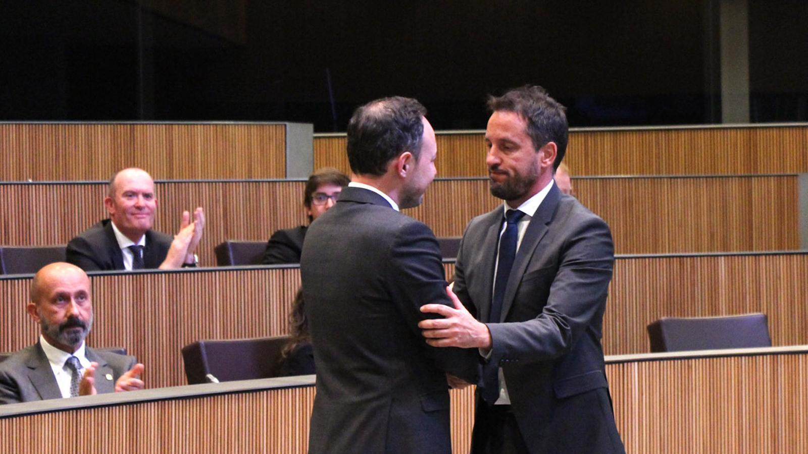 El conseller socialdemòcrata Pere López saluda Xavier Espot després d'haver estat investit com a cap de Govern. / M. F. (ANA)