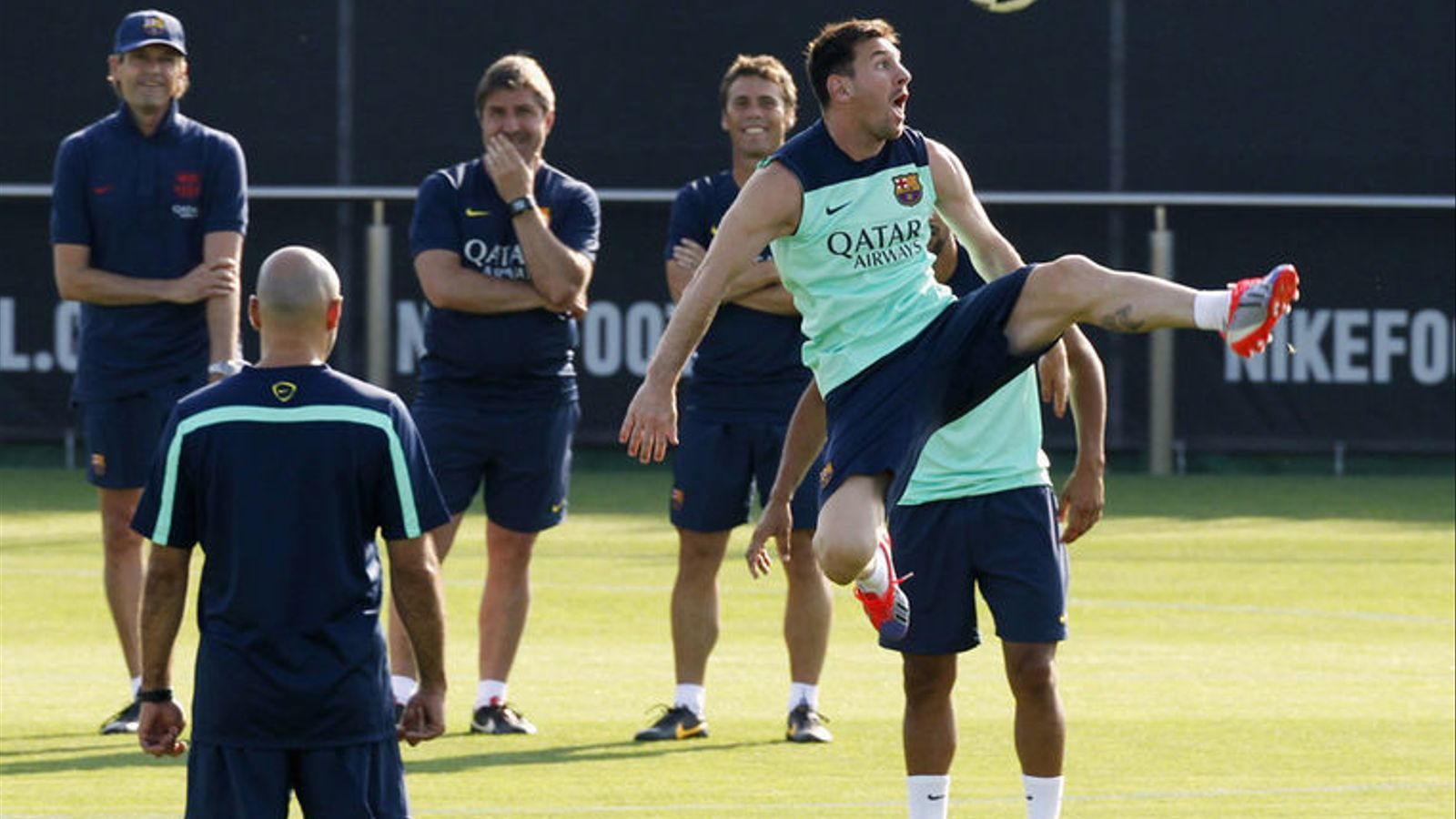 Tito Vilanova, Jordi Roura i Rubi somriuen davant d'una acció de Messi