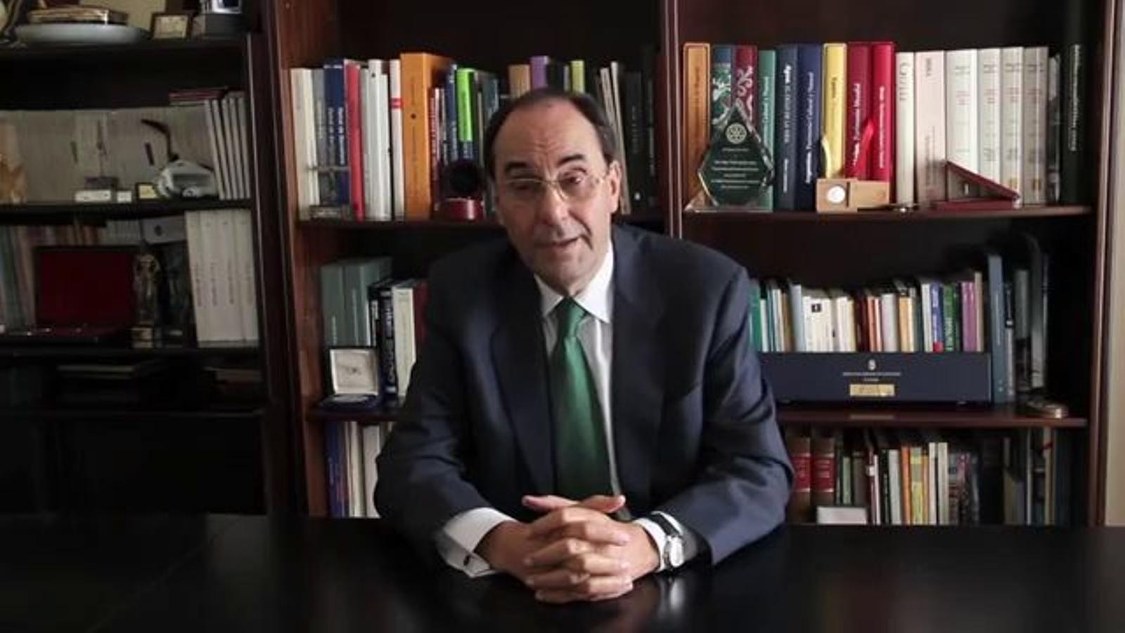 Vidal-Quadras explica per què estripa el carnet de militant del PP