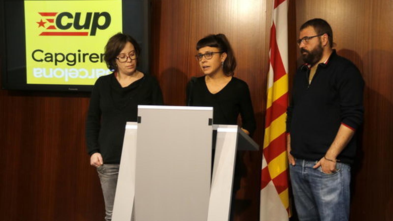 Compareixença de la CUP a l'Ajuntament de Barcelona, amb les regidores Eulàlia Reguant i Maria Rovira, i el número 5 de la CUP, Jordi Salvia