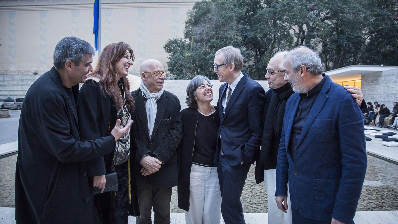 D'esquerra a dreta: Rafael Aranda, Benedetta Tagliabue, Eduard Bru, Carme Pigem, Paul Dujardin, Esteve Bonell i Ramon Vilalta abans de començar l'homenatge al pavelló Mies van der Rohe.