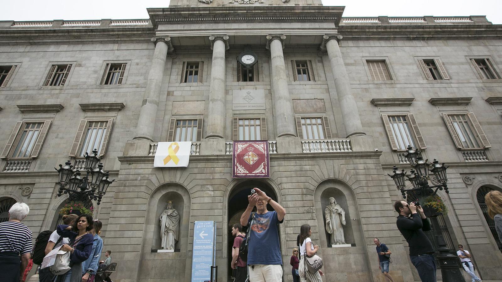 Quatre identificats per intentar retirar el llaç groc del Palau de la Generalitat