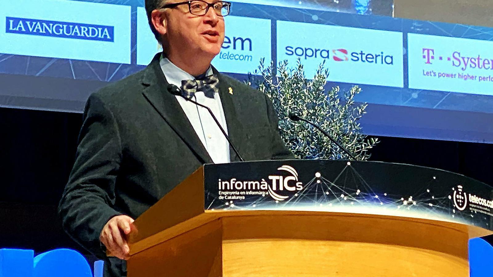 Albert Cuesta, autor de Dígits i andròmines, en ple discurs de recollida del premi.