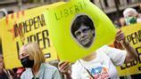 Centenars de persones es concentren a Barcelona per reclamar l'alliberament de Puigdemont