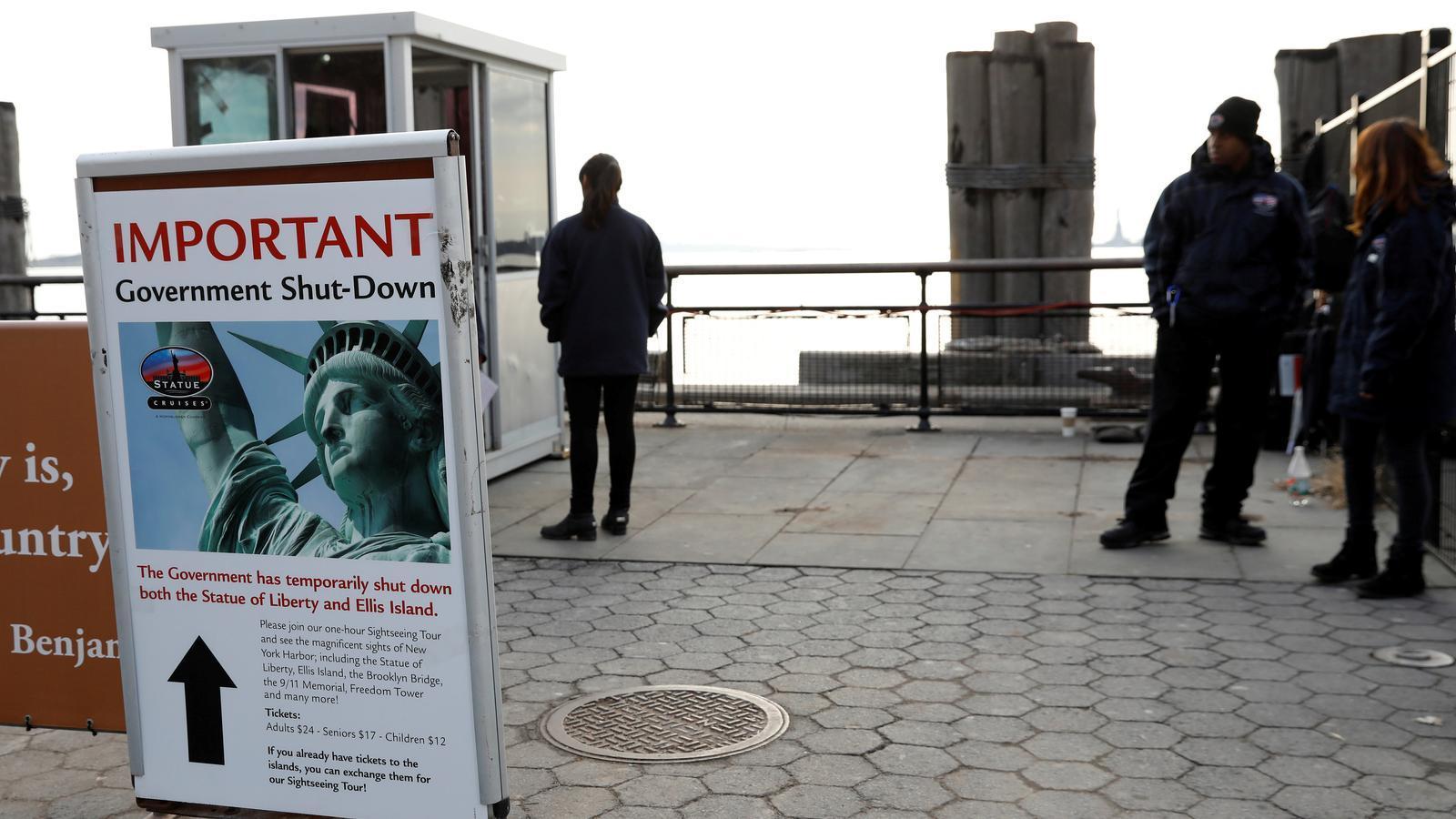 Un cartell anuncia el tancament de l'estàtua de la llibertat.