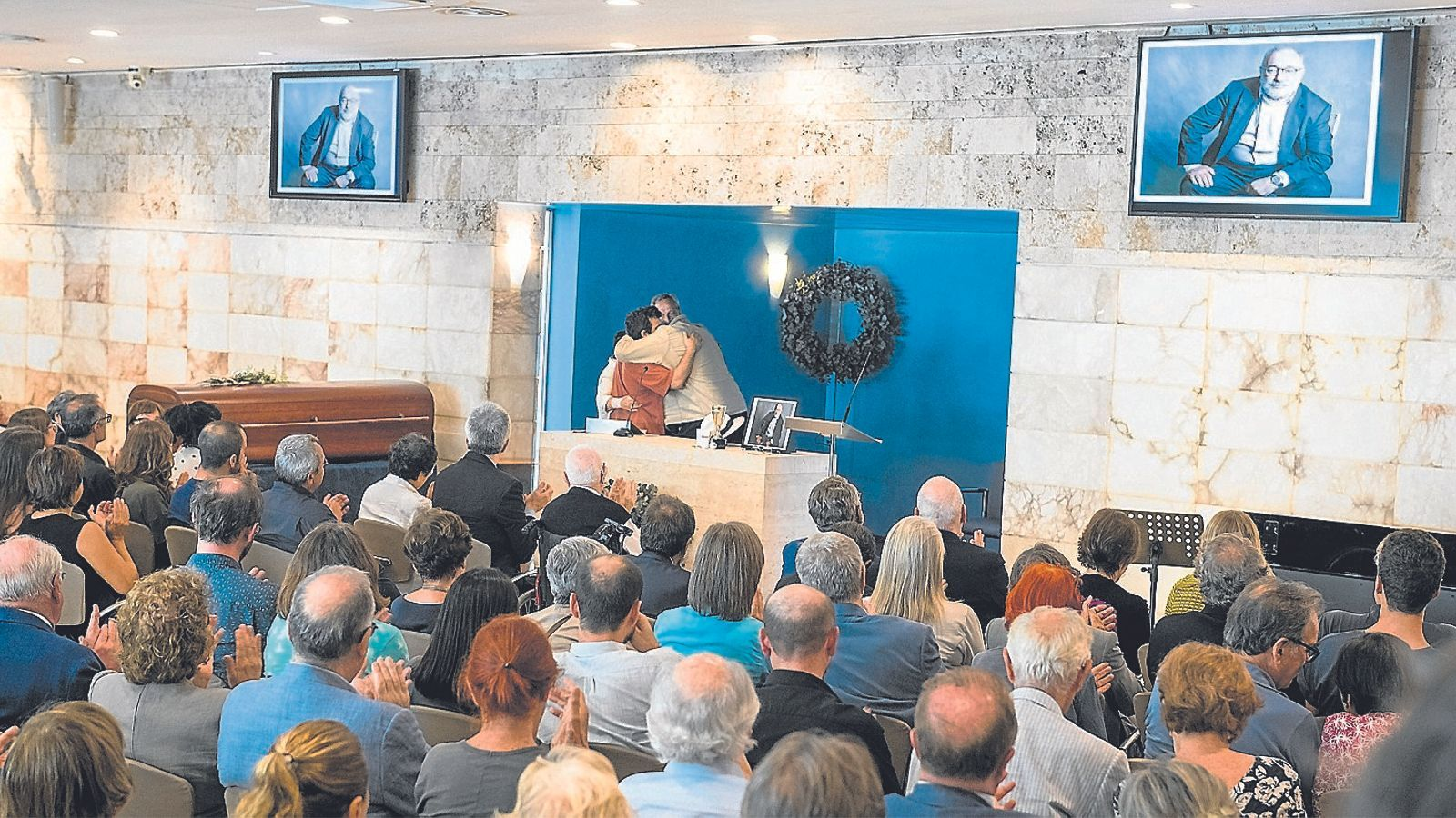 Antonio Franco, exdirector d''El Periódico', abraça la dona i el fill de Carlos Pérez de Rozas
