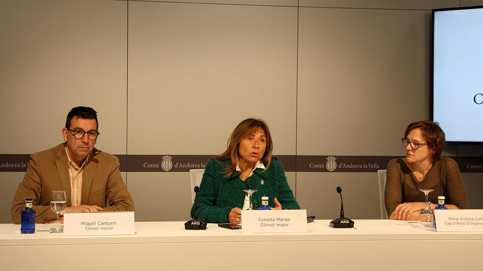 Els cònsols menor i major d'Andorra la Vella, Miquel Canturri i Conxita Marsol, juntament amb la cap d'àrea d'Urbanisme del comú, María Victoria Cobo, en la presentació del projecte de reconstrucció dels Serradells. / M. F. (ANA)