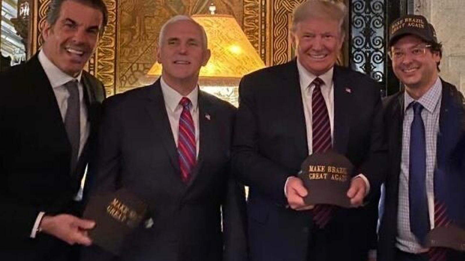 Wajngarten, a la dreta amb una gorra de 'Fes el Brasil gran un altre cop',  al costa de Donald Trump i el vicepresident Pence