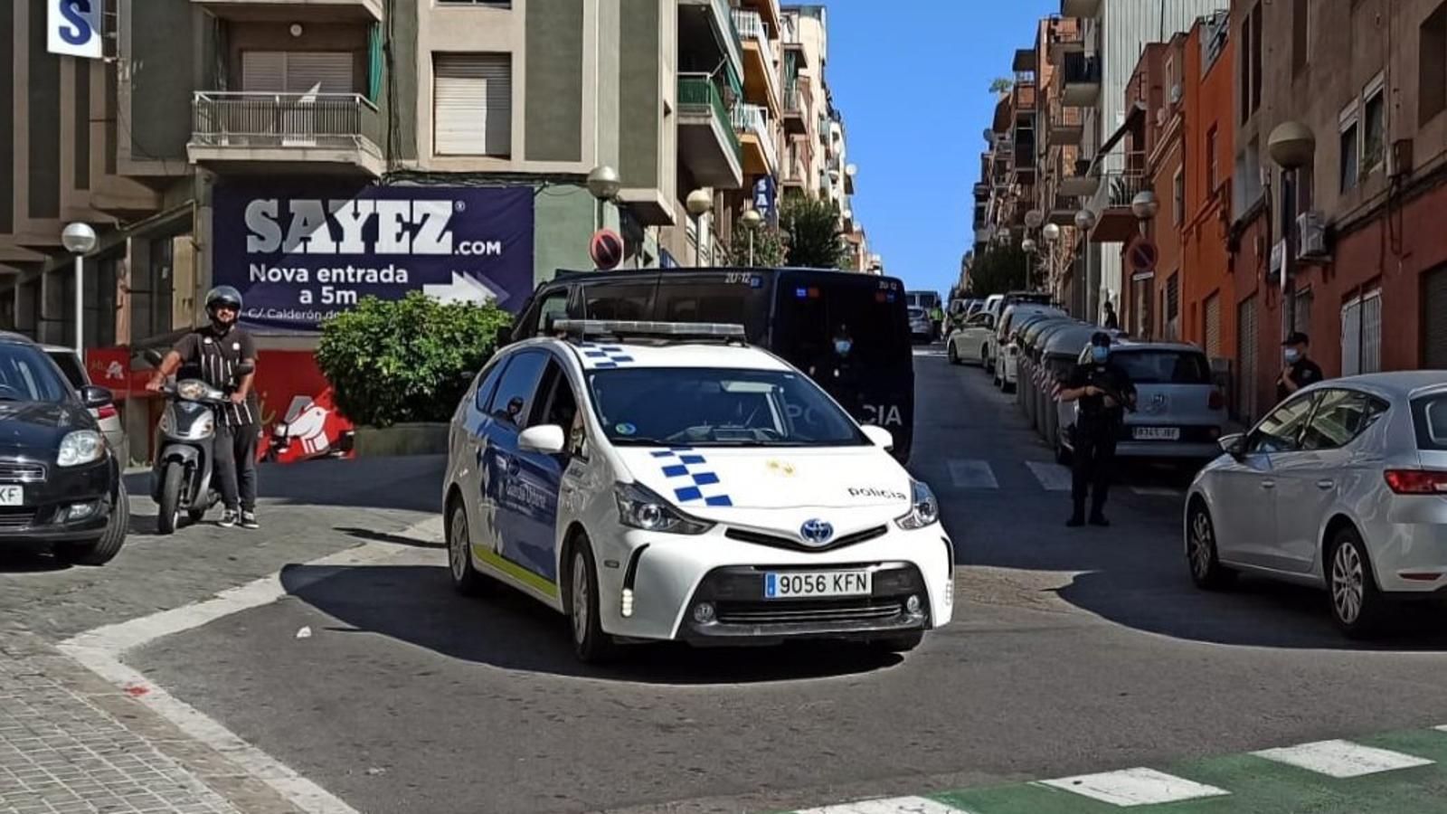Vehicles de la Policia Nacional i la Guàrdia Urbana de Badalona, aquest diumenge durant l'operació antijihadista a la ciutat metropolitana