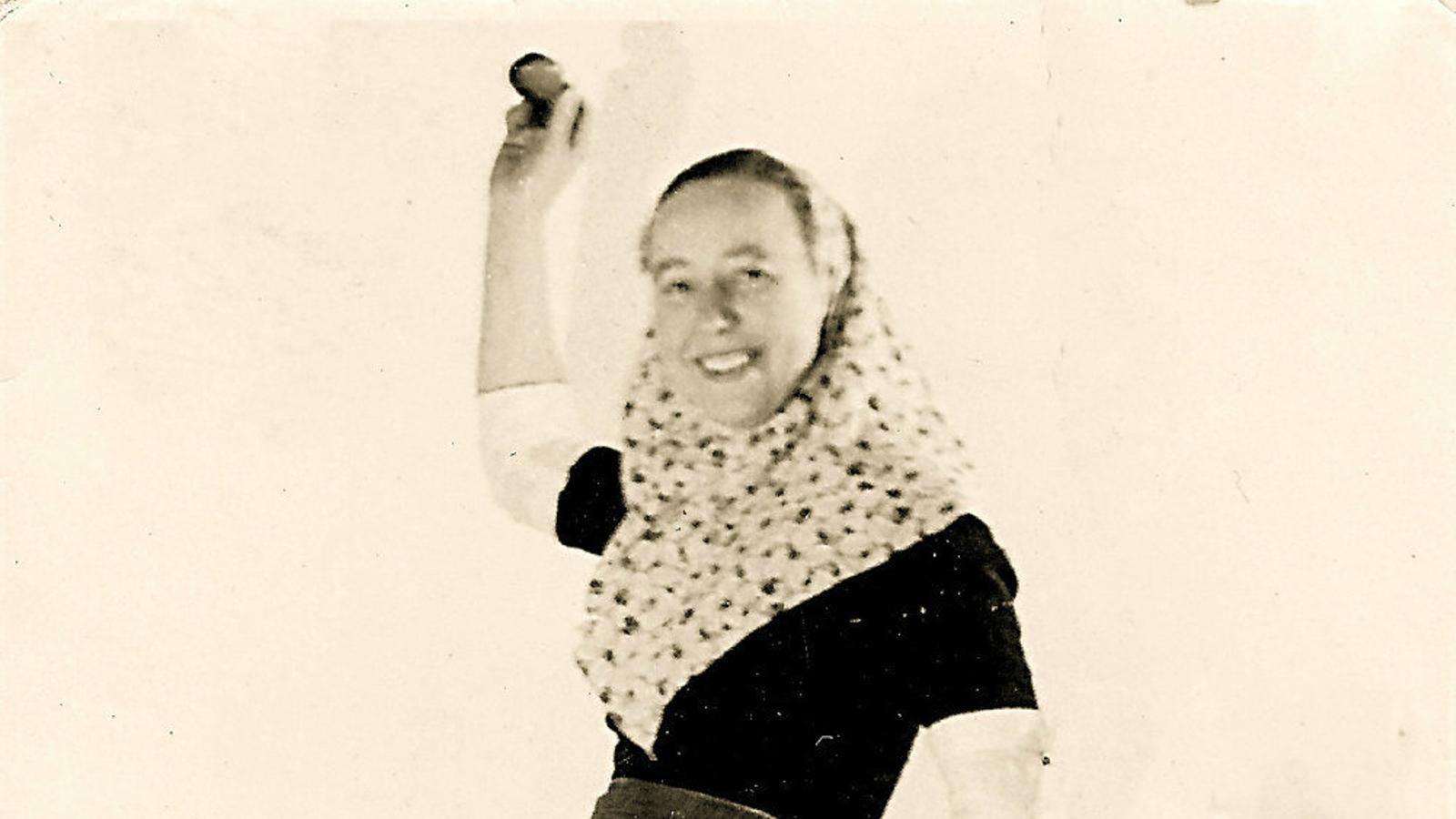 ARXIUS HISTÒRICS  1. Lissy, dona del refugiat esporlerí Hans Mayer Classen. 2. Targeta de Foto Esporlas, botiga de fotografia de Frischer. 3. Després de refugiar-se a Palma, Kauffmann va passar pel camp de concentració de Miranda de Ebro.