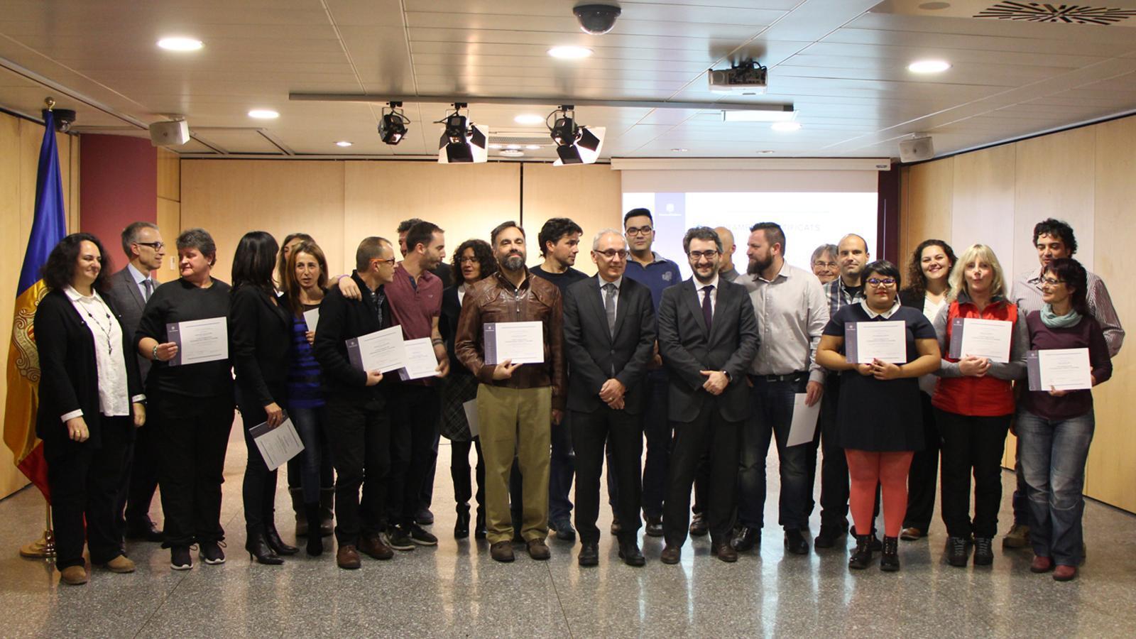Els participants al curs amb el seu certificat en companyia del ministre de Turisme, Francesc Camp i del ministre d'Educació i Ensenyament Superior, Eric Jover. / B. N. (ANA)