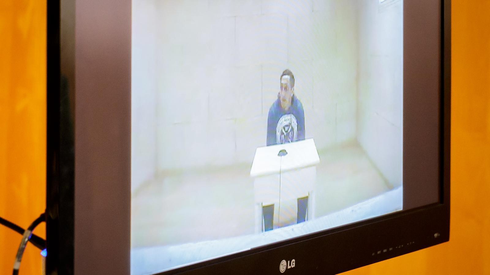 Driss Oukabir moments abans de començar la seva declaració per videoconferència