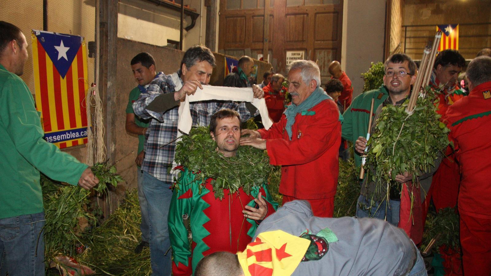 El bisbe de Solsona vestint-se de diable per fer el Salt de Plens de la Patum