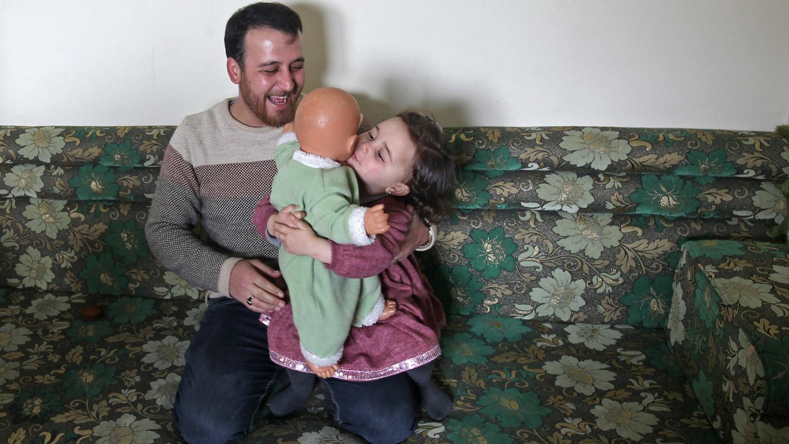 Abdulla i la seva filla Salwa, de 3 anys, a la casa on s'han refugiat.