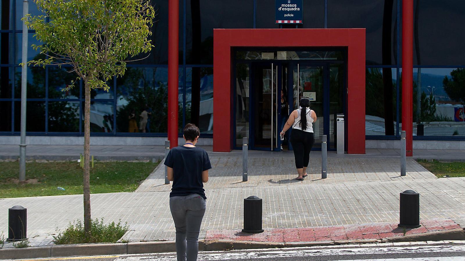 La comissaria dels Mossos d'Esquadra a Manresa, on ahir van quedar detinguts els quatre joves acusats d'una agressió sexual al mateix municipi.