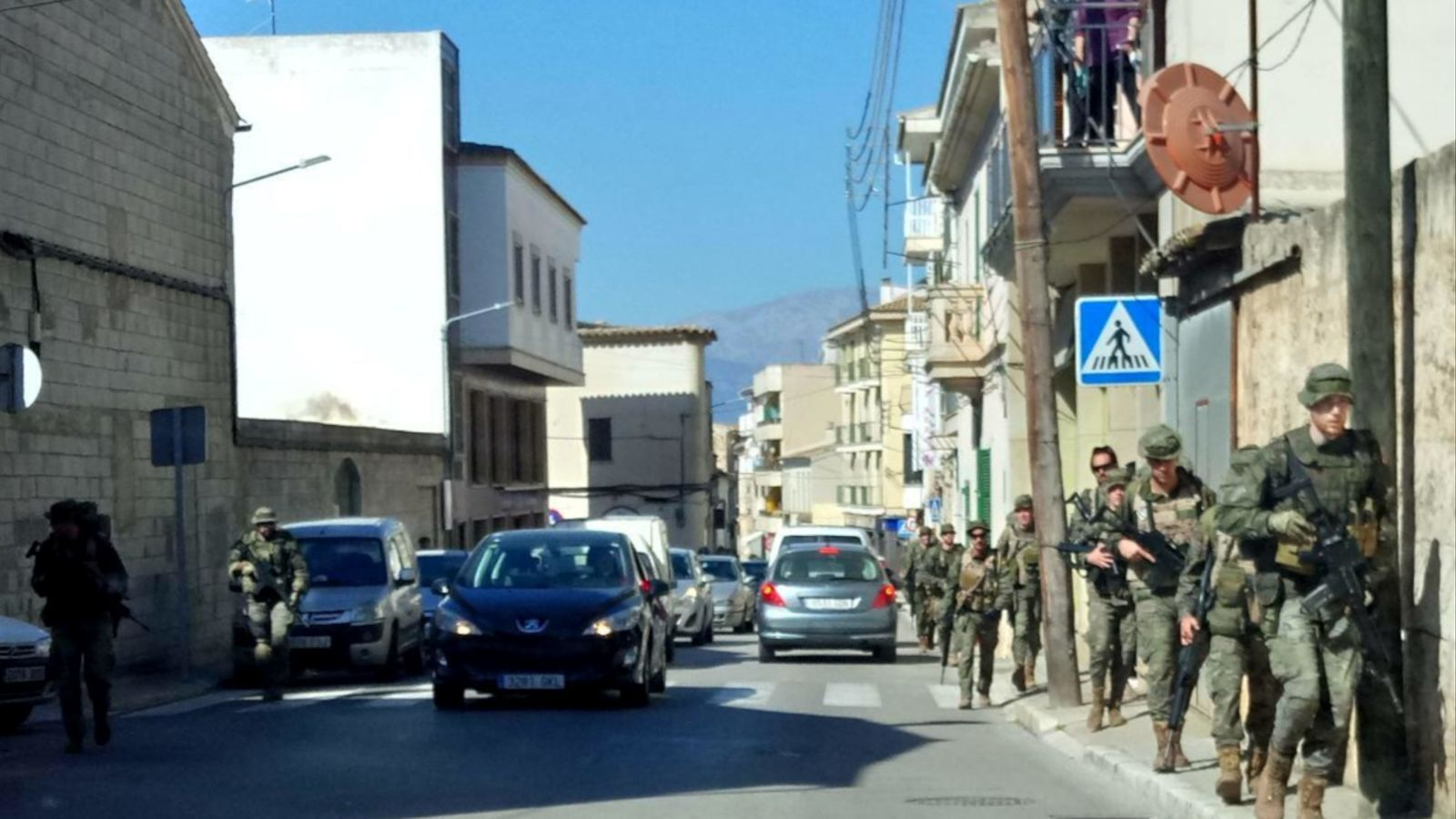 Soldats espanyols fan maniobres pel mig de Muro, Santa Margalida i sa Pobla
