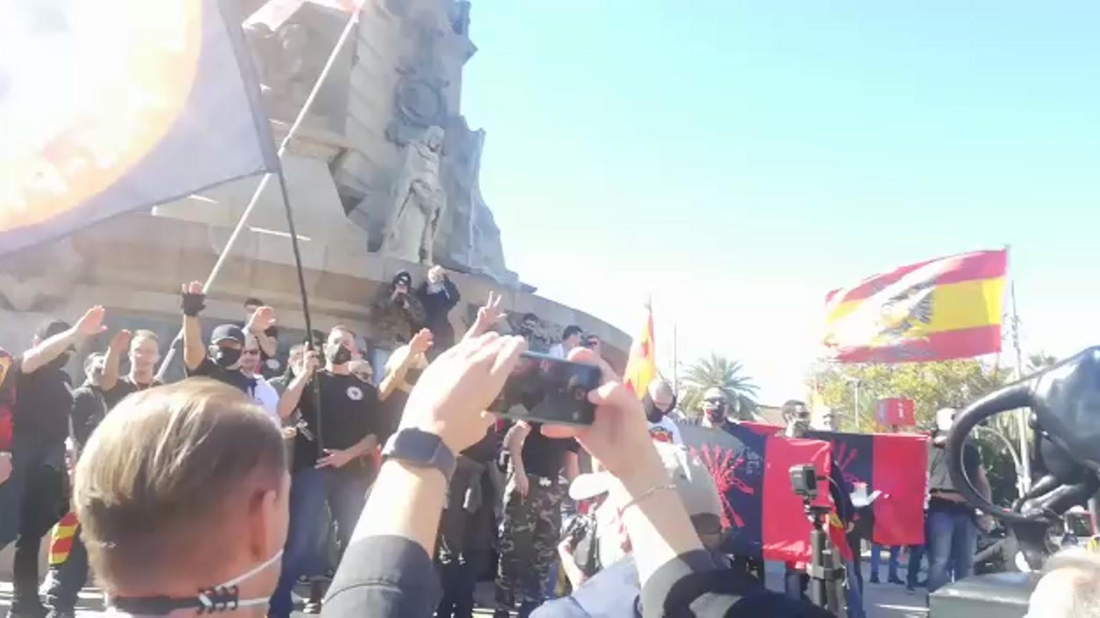 L'extrema dreta crema estelades i fotografies de Puigdemont a l'estàtua de Colom