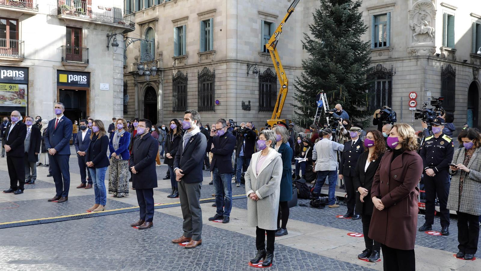 Les diferents administracions han fet un acte institucional conjunt aquest migdia a la plaça Sant Jaume de Barcelona pel 25-N