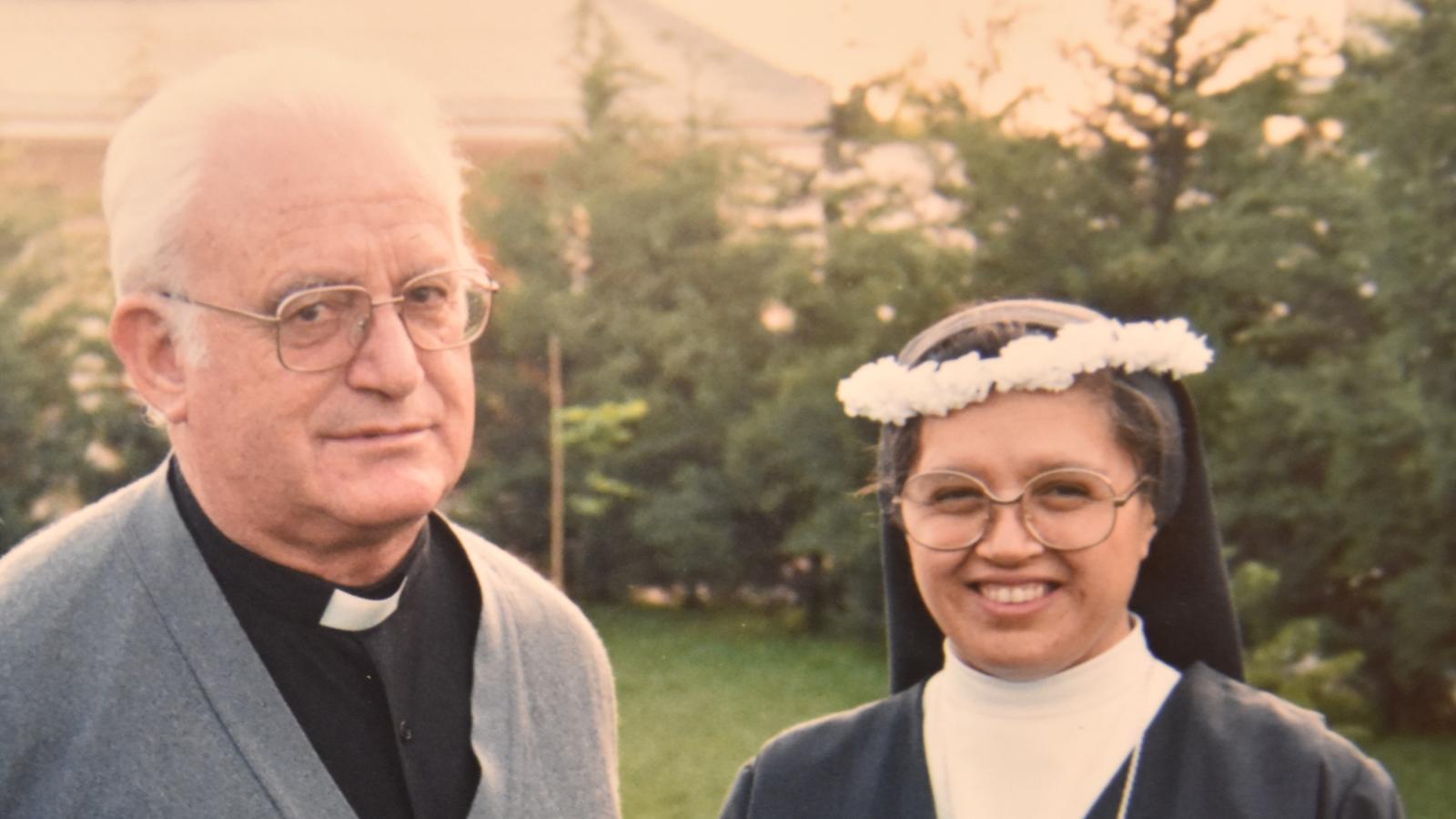 El cura acusado de abusos sexuales, el padre Tejerina, al lado de una de sus víctimas, la hermana Eliana.