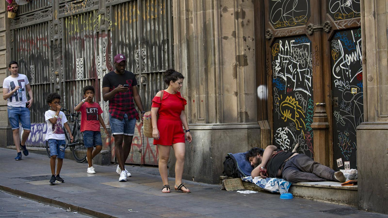 Una imatge de la pobresa extrema que molts cops es veu pels carrers.