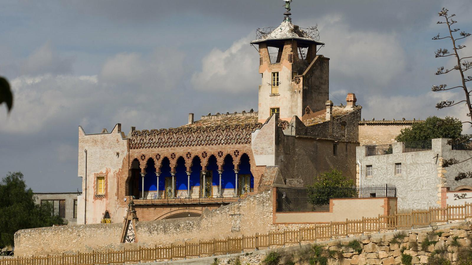 01. La Casa Bofarull, de Josep Maria Jujol. 02. Senyal de Territori Jujol de l'església de Sant Salvador del Vendrell.