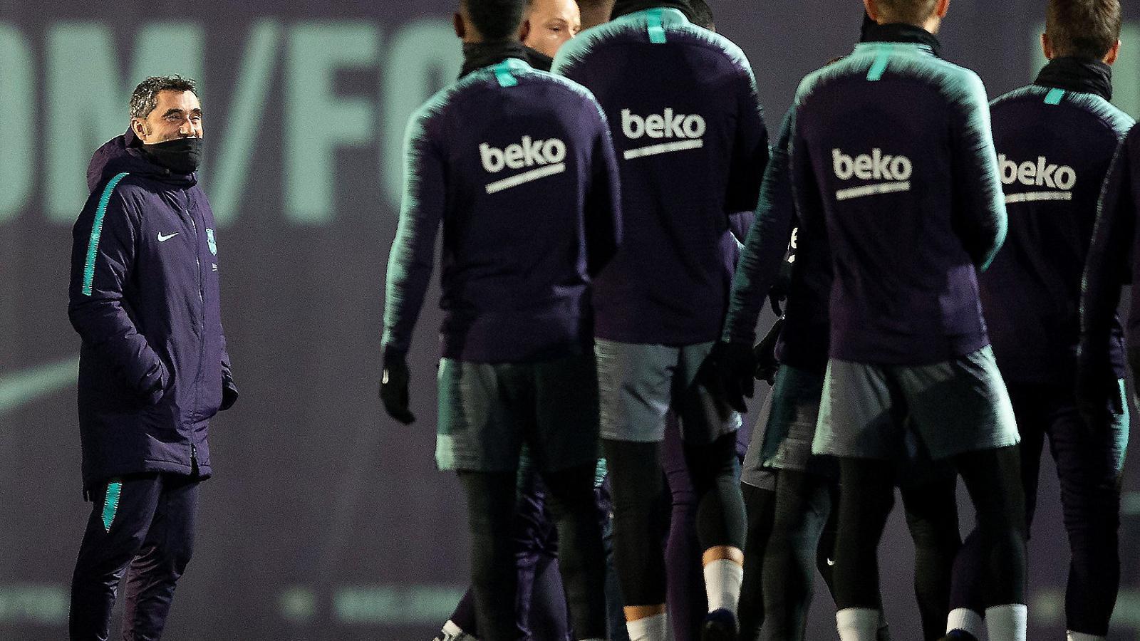 Ernesto Valverde somrient en l'últim entrenament previ a rebre el Llevant aquesta nit.
