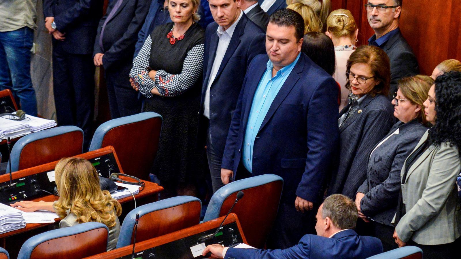 Un grup de diputats es va aixecar dels escons per oposar-se a la votació.