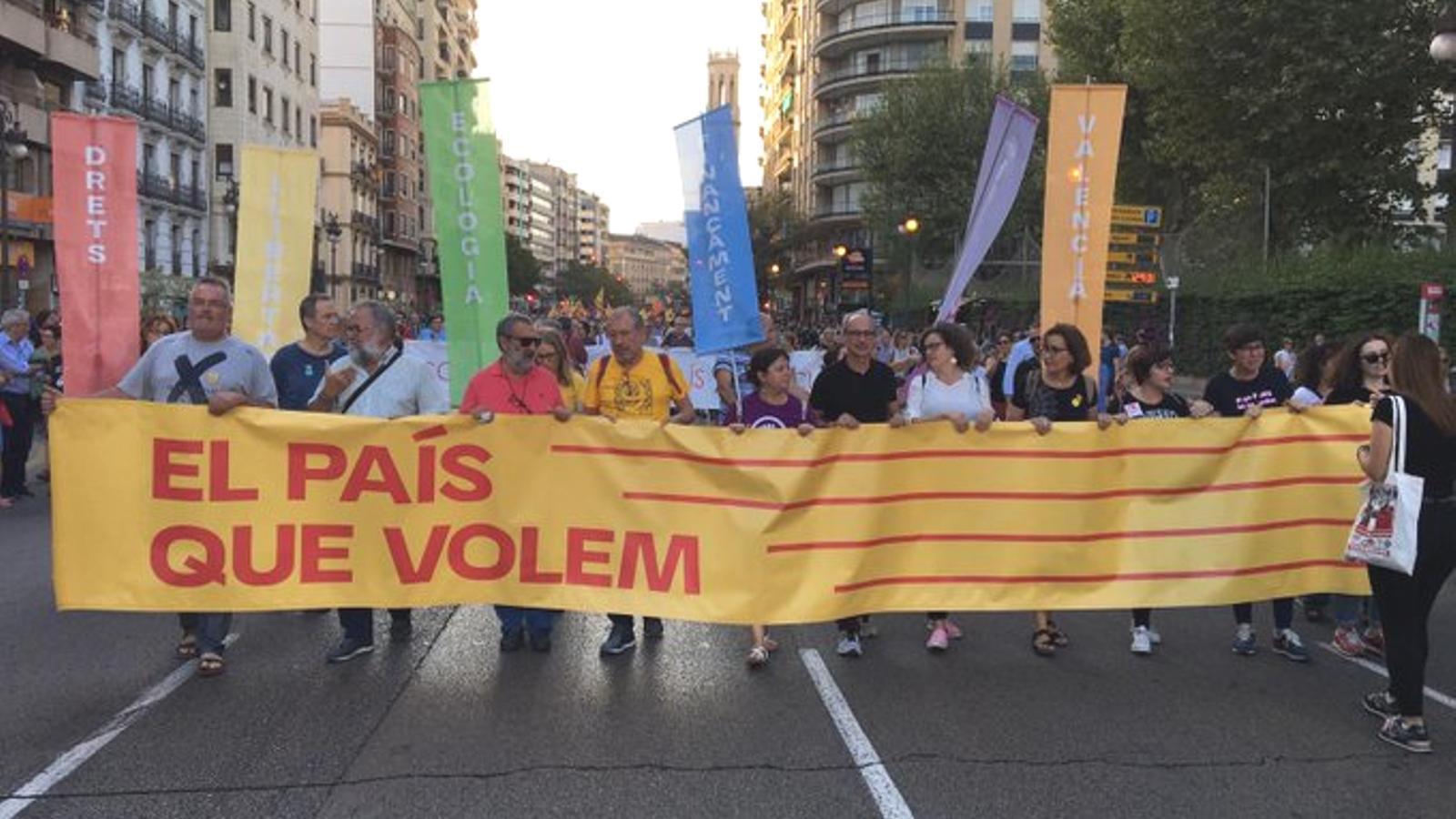 Capçalera de la manifestació de la Comissió Nou d'Octubre formada per partits, sindicats i entitats progressistes i valencianistes