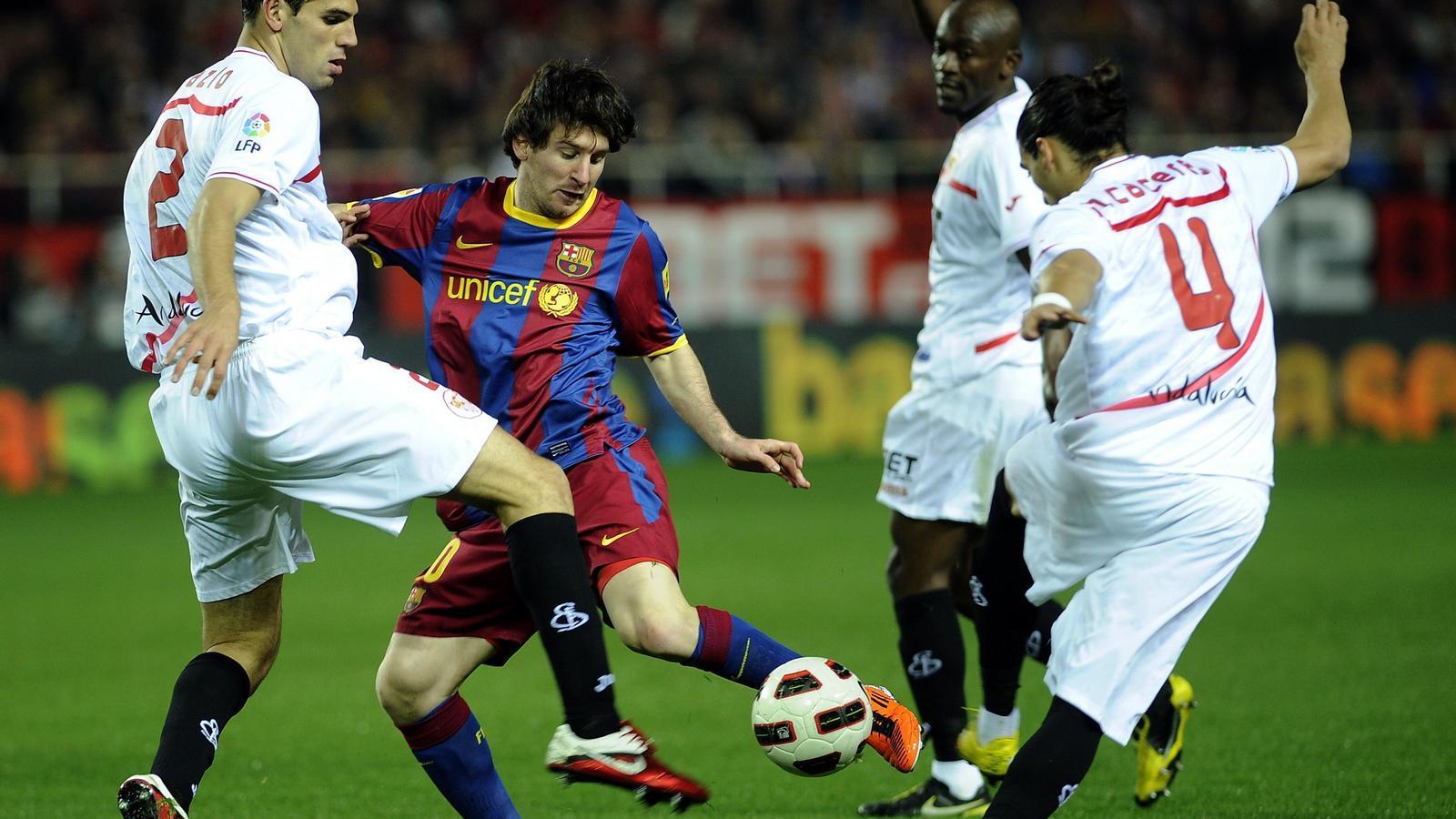 Messi, tocat L'argentí va rebre un fort cop al genoll i va jugar mig partit condicionat. / CRISTINA QUICLER / AFP