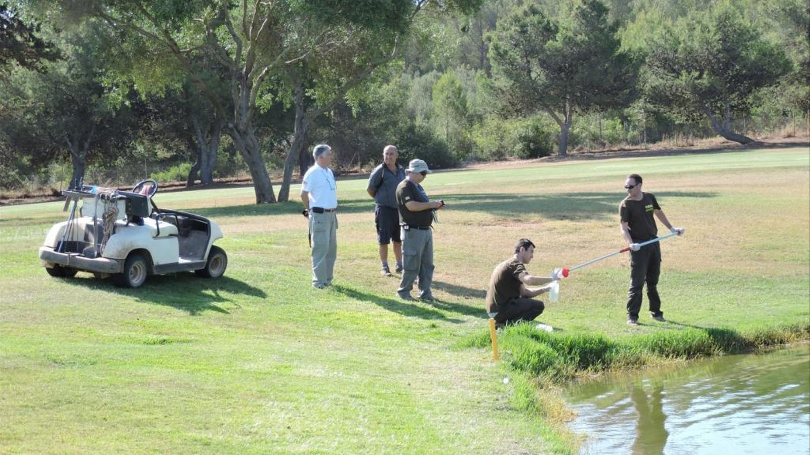 Imatge d'arxiu en la que es veu a agents de Media Ambient agafant mostres d'aigua a un camp de golf.