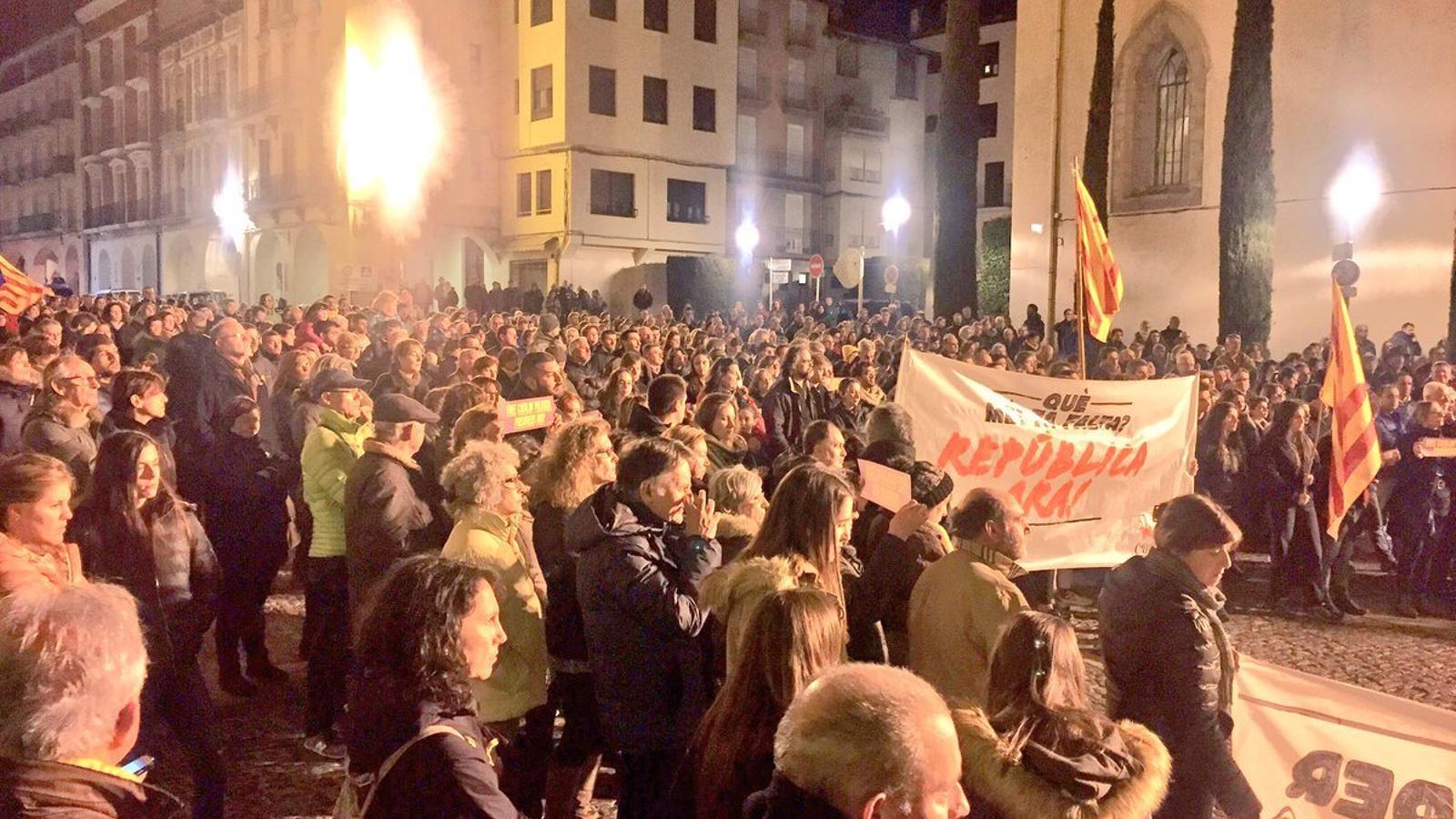 Concentració a la plaça dels Oms de la Seu d'Urgell, aquest divendres al vespre. / TWITTER ALBERT BATALLA