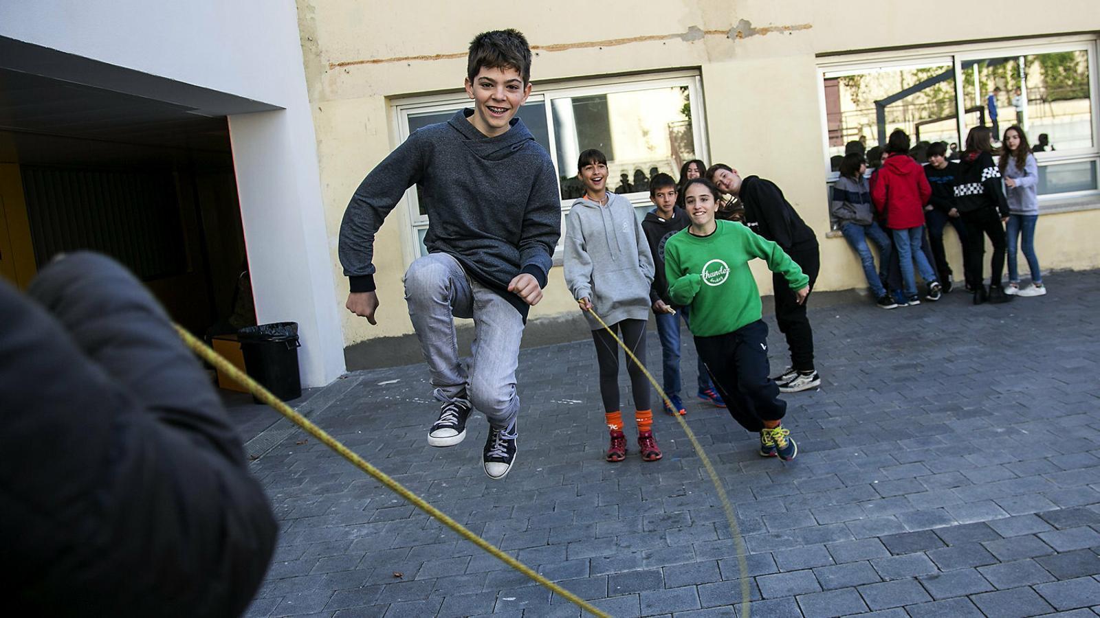 Un grup de nens i nenes de l'escola Tecnos de Terrassa juguen a l'hora del pati, en una foto d'arxiu.