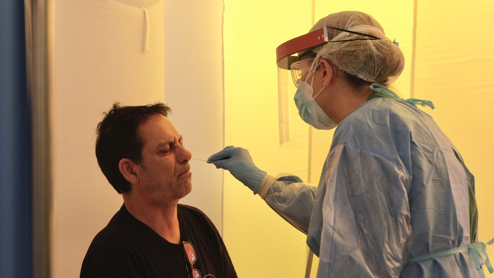Un home fent-se una prova PCR a la carpa instal·lada a Terrassa aquest cap de setmana.