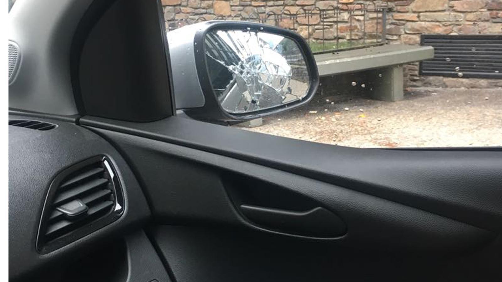Un retrovisor trencat d'un dels vehicles afectats pel vandalisme. / ANA