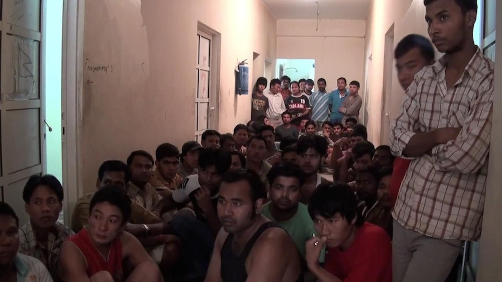 Hi ha alguna manera de sortir d'aquí? Ens estem tornant bojos: el clam d'un treballador nepalès a Qatar