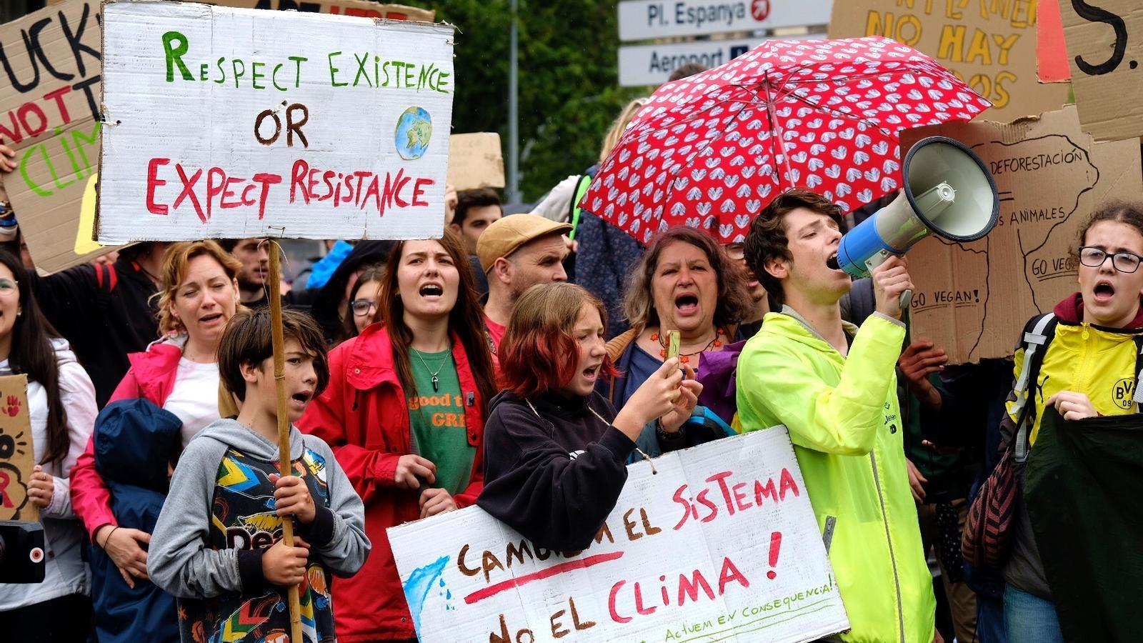 Estudiants manifestant-se a plaça Universitat de Barcelona per reclamar accions contra l'emergència climàtica.