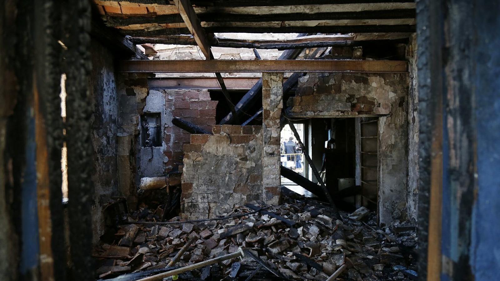 L'interior de l'Ateneu Popular de Sarrià, completament destrossat després de l'incendi