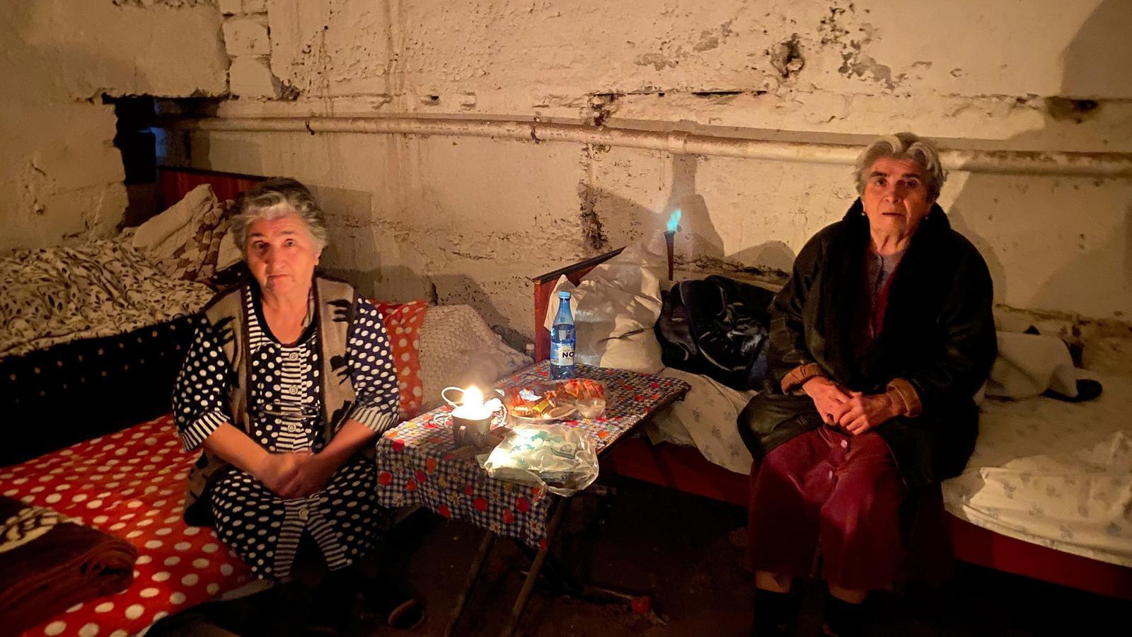 Dues dones en un soterrani per protegir-se de les bombes a Stepanakert, la capital de Nagorno-Karabakh
