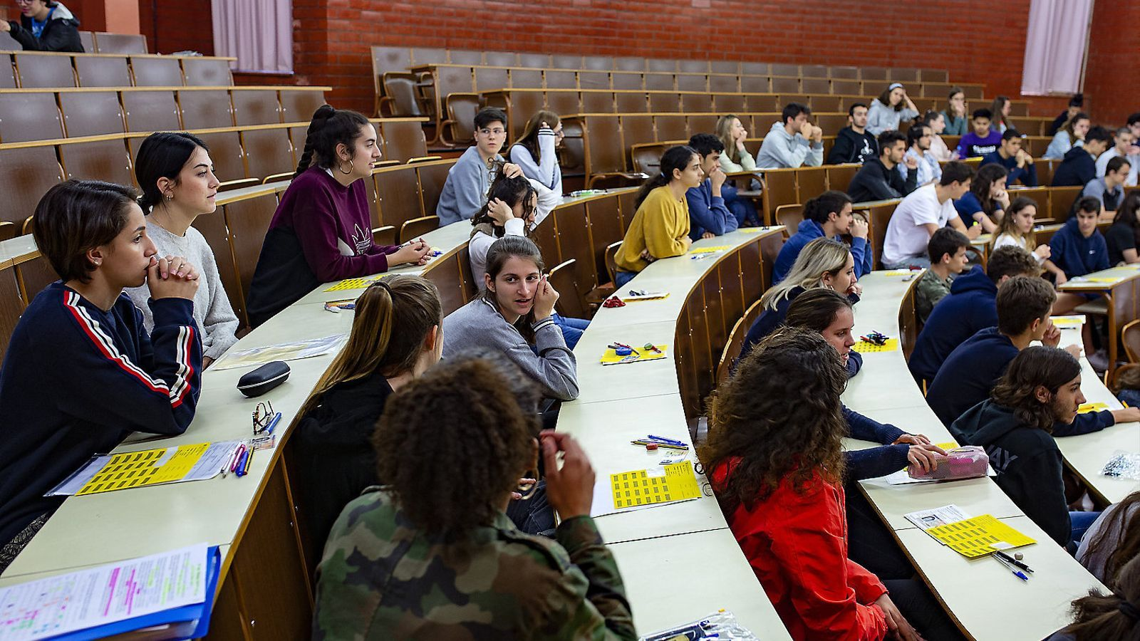 Alumnes l'any passat fent l'examen de la selectivitat a la Facultat de Biologia de la UB.