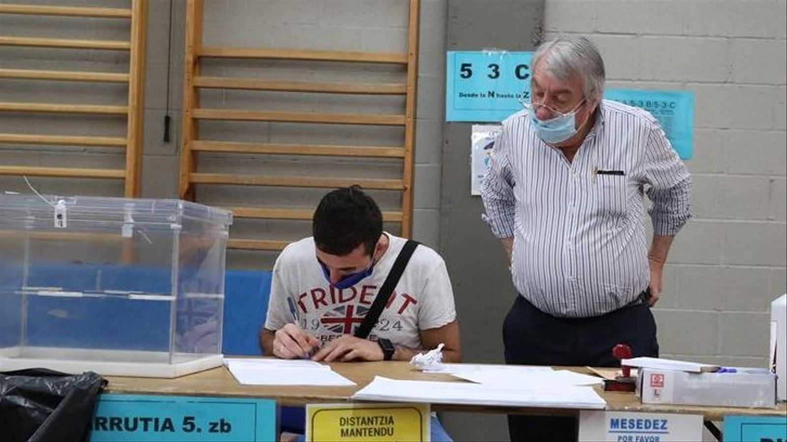 El president de taula fa l'obertura d'una mesa electoral a la localitat biscaïna de Durango, amb totes les mesures de seguretat davant la pandèmia del coronavirus