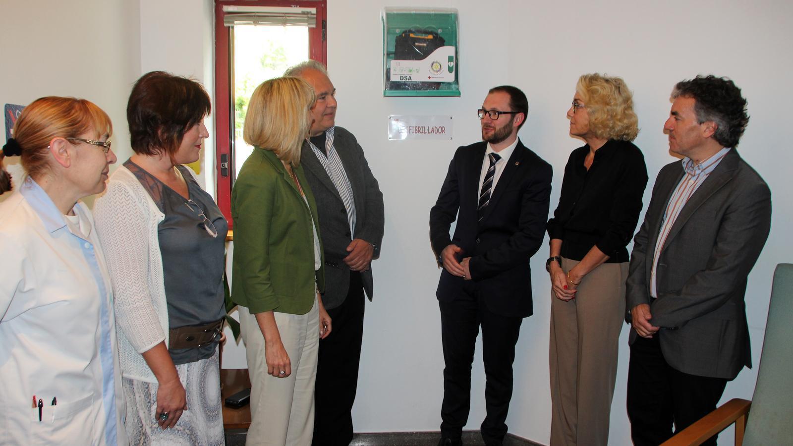 El president del Rotary Club Andorra, Yves Thiers, el president de la Creu Roja, Josep Duró, el gerent de la Creu Roja, Sergi Penedes, la presidenta de la Junta Rectora de l'EENSM, Pilar Díez, i la directora general de l'EENSM, Celine Mandicó, durant l'acte d'entrega del desfibril·lador / C.G.