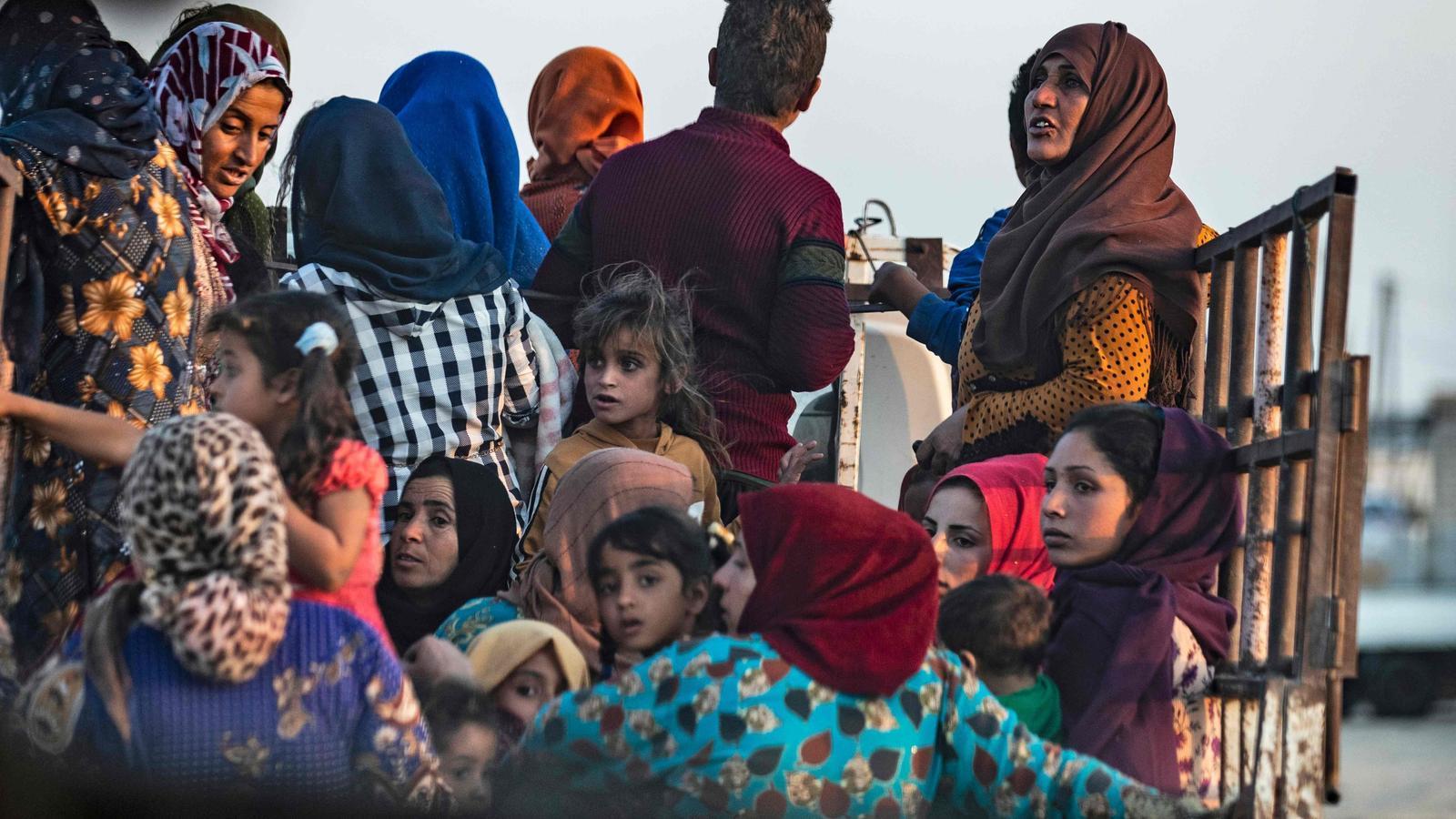 Civils abandonen les seves cases, pels bombardejos turcs, a Ras al-Ain, en territori kurd, a Síria.