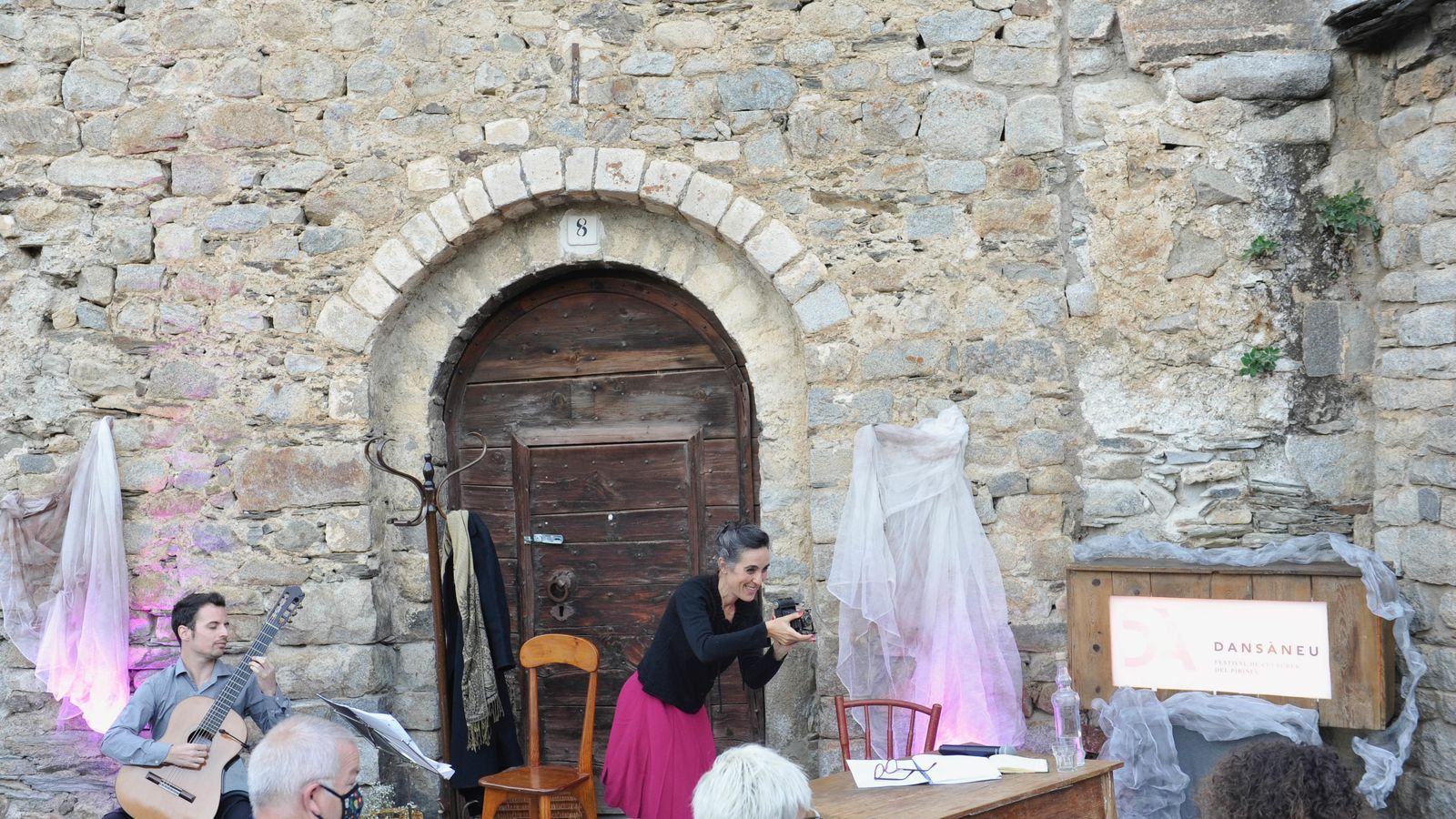 Izan Rubio i Elisenda Rué a l'església de Sant Pere de Sorpe. / Joan Blanco (Dansàneu)
