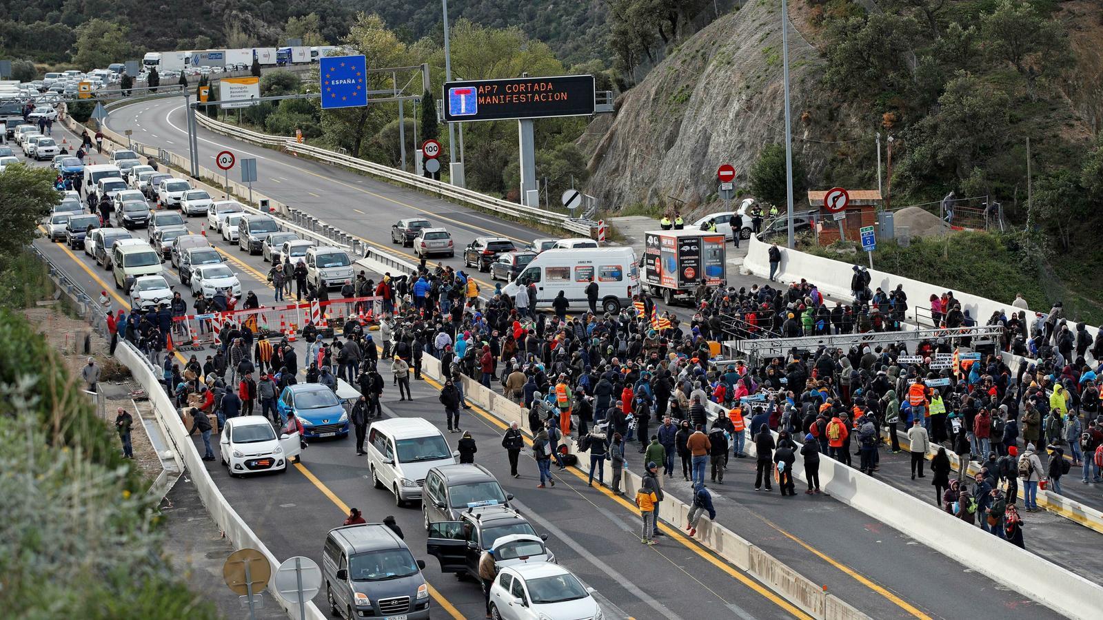 """Tsunami comença el seu """"Onze de Setembre de tres dies"""" tallant la frontera amb França"""