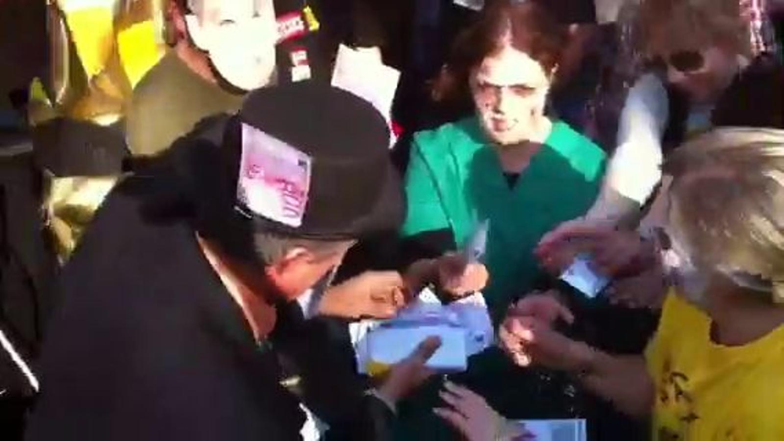 Manifestants disfressats de banquer, de Rajoy i de dòlar fan una representació enmig de la marxa sindical de Barcelona