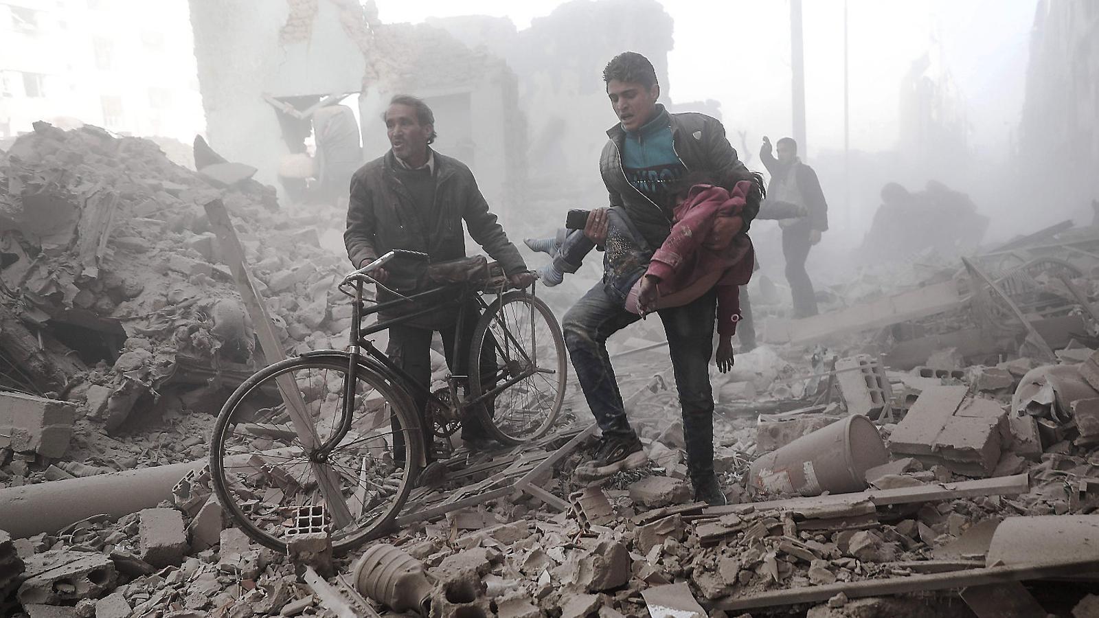 Ferits en un bombardeig  del règim sirià i Rússia a Duma, a la perifèria de Damasc.