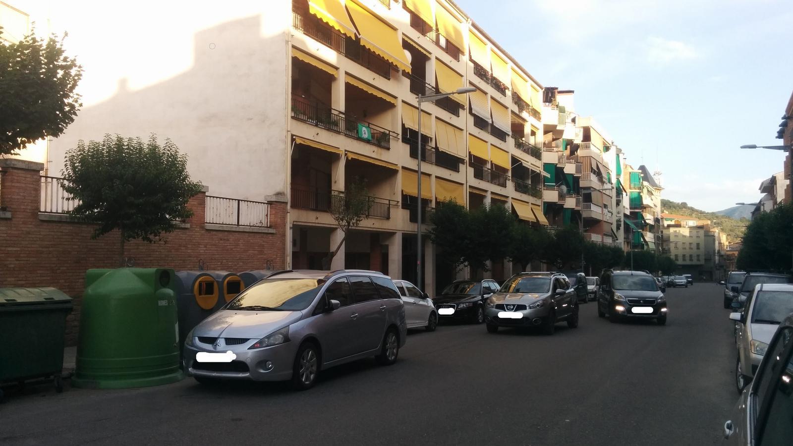 Vehicles mal estacionats a l'avinguda Catalunya. / AJUNTAMENT DE LA POBLA DE SEGUR