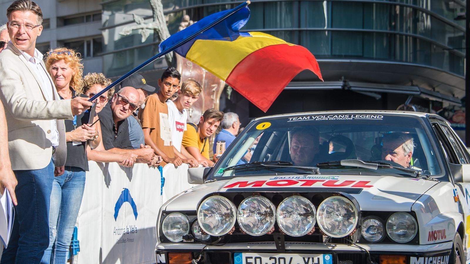 El cònsol menor, Marc Pons, dona la sortida del ral·li. / Automòbil Club d'Andorra