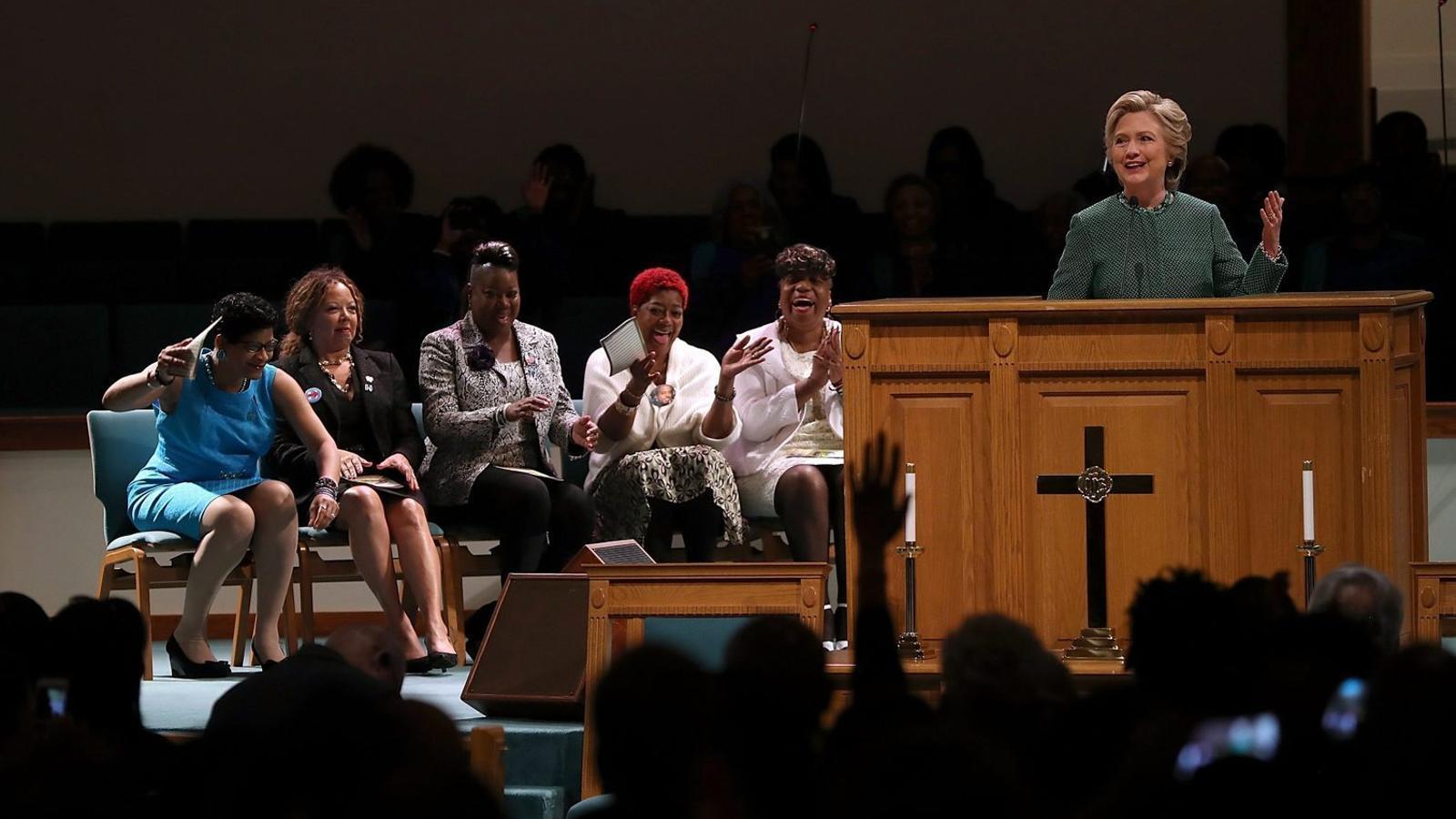 Clinton animant els feligresos d'una església a votar com més aviat millor, ahir a Durham.