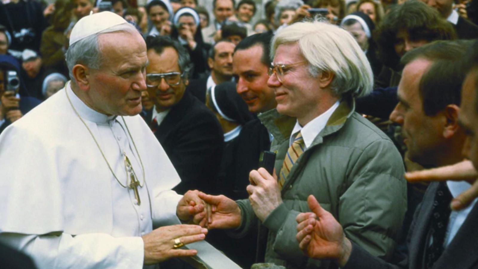 El papa Joan Pau II va saludar Andy Warhol al Vaticà, el 1980